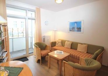 Im Wohnraum gibt es eine gemütliche Sitzecke mit Kabel-TV und Musik-Anlage sowie einen gesonderten Essplatz.