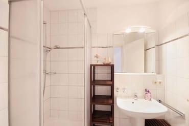 Badezimmer mit Waschtisch und Dusche/WC