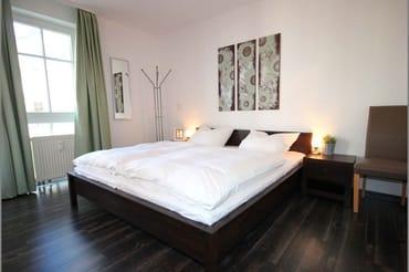 Beide Schlafzimmer sind mit jeweils einem Doppelbett und Kleiderschrank ausgestattet.