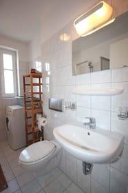 Tageslichtbad mit Waschtisch, Badewanne, Waschvollautomat und WC