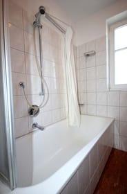 Badewanne mit Duschabrennung / Vorhang