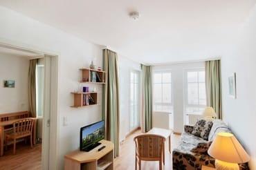 Wohnraum mit einer gemütlichen Sitzcouch zum Ausziehen