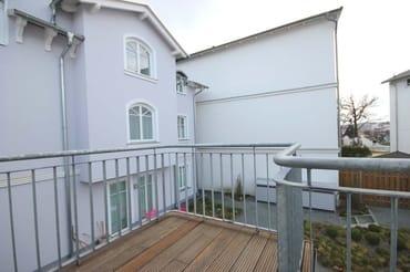 Die Wohnung befindet sich im Obergeschoss und verfügt über einen Balkon in westliche Richtung.