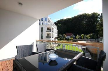Die ca. 102 qm große Nichtraucher-Wohnung verfügt über zwei geräumige Balkone, welche vom Wohnbereich und von den Schlafbereichen begehbar sind. Hier der Balkon - Zugang vom Wohnzimmer.