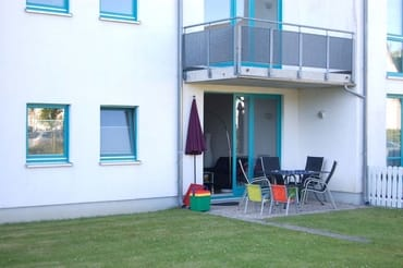 Vom Wohnbereich aus gelangen zur möblierten Terrasse.