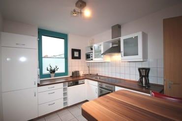 Im separaten Küchenbereich finden Sie eine komplette Küchenzeile mit zusätzlicher Sitzmöglichkeit sowie Backofen, Cerankochfeld, Mikrowelle, Geschirrspüler, Kaffeemaschine, Wasserkocher, Toaster und w