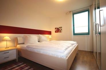 Das Hauptschlafzimmer verfügt über ein Doppelbett mit hochwertigen Matratzen sowie über einen Kleiderschrank.