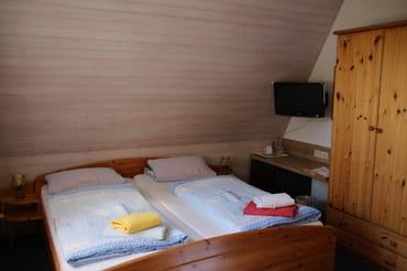 Wohnschlafraum mit Getränkekühlschrank und SAT TV, extern Radio