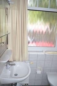 Badezimmer mit Aussenfenster