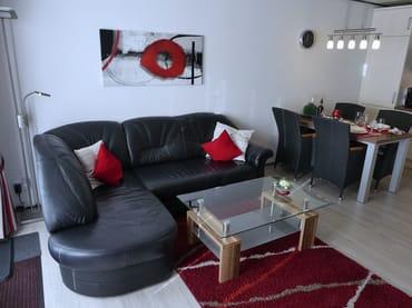 Wohn-/Essbereich mit Ledersofa und Couchtisch