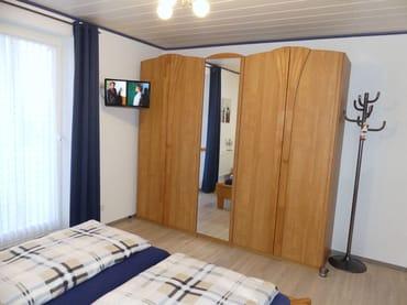 Im Schlafzimmer finden Sie außerdem einen LCD-Fernseher und einen sehr geräumigen Kleiderschrank mit Ganzkörperspiegel, Zugang zum Innenhof über Kipptür