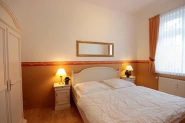 Im separaten Schlafraum finden Sie ein Doppelbett und einen Kleiderschrank.