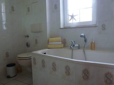 gefließtes Bad mit Badewanne