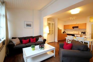 gemütlicher Wohnraum mit Sitzgruppe, W-LAN, separatem Essbereich sowie Wohnküche