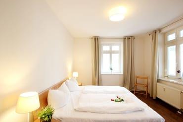 Schlafzimmer mit Doppelbett und großem Kleiderschrank
