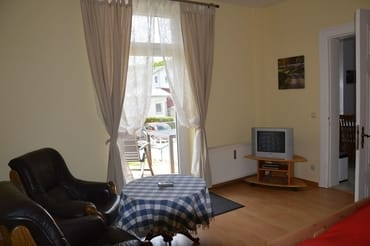 Wohn-/Schlafzimmer mit Ausgang zur Terrasse
