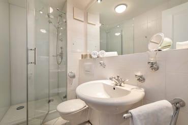 Das schöne Bad mit Fön, Handtuchtrockner, Echtglasdusche und WC.