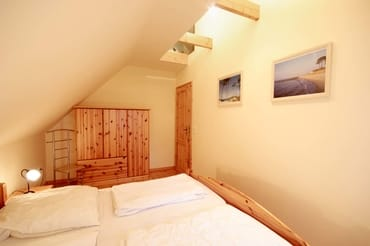 2. Schlafraum mit Doppelbett und Kleiderschrank