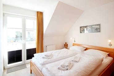 Das Schlafzimmer ist mit einem Doppelbett und ...