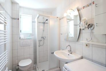 Das Bad enthält Dusche und WC.