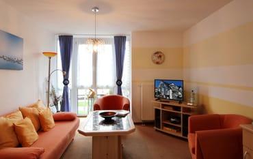 Der Wohnraum ist u.a. mit einem TV-Gerät ausgestattet.
