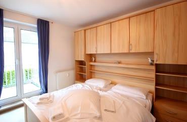 Der Schlafraum ist mit Doppelbett mit integriertem Schrank ausgestattet.