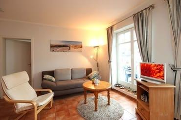 Im Wohnraum können auf dem Schlafsofa weitere zwei Personen schlafen. Außerdem finden Sie im Wohnraum neben der Sitzecke einen separaten Eßplatz, TV, Radio und einen wohnungseigenen Hochstuhl.