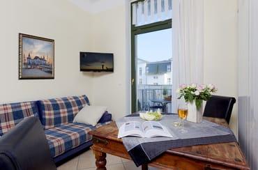 Der Wohnraum, von dem auch der Balkon abgeht, lädt mit einer  gemütlichen Polstersitzecke und Flat TV lädt zum Ausspannen ein. Die Couch kann als Schlafstätte für 2weitere Gäste umfunktioniert werden,