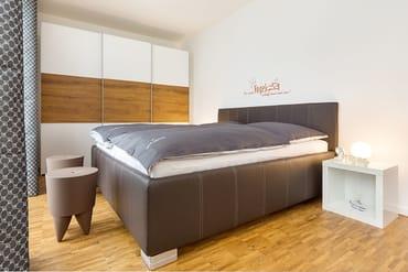 Das mit allergikergeeigneten Bettwaren und Matratzen ausgestattete Schlafzimmer bietet Ihnen einen kleinen Meerblick.