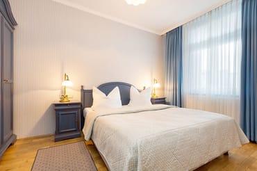 Das schöne Schlafzimmer hat Doppelbett (1,60 x 1,90 m) und Kleiderschrank.