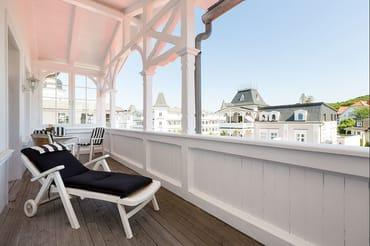 Der große Balkon ist nach Südosten ausgerichtet und schaut in das historische Zentrum mit den Bädervillen. Er bietet Ihnen sogar einen kleinen Meerblick.
