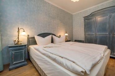 Das Schlafzimmer hat Doppelbett (1,60 x 1,90m) und Kleiderschrank.