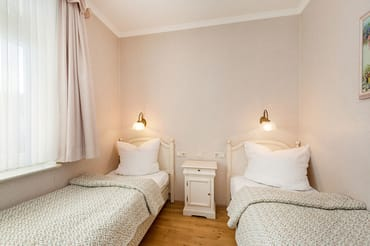 Das Schlafzimmer hat zwei Einzelbetten (0,90x2m) die je nach Wunsch einzeln oder zusammen gestellt werden können.