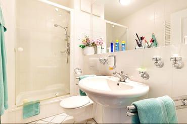Hier der Blick in das schöne Bad mit Echtglasdusche, WC und Fön.