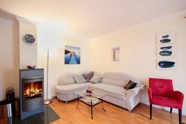 gemütlicher Wohnraum mit Kamin, einer Sitzgruppe, Flachbild-TV und eine Musikanlage