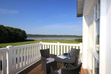 Die Wohnung befindet sich im 1. OG und verfügt über einen großen Südbalkon mit einem freien Seeblick.