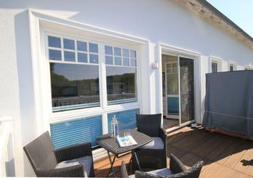 Ein Strandkorb auf dem Balkon lädt zum Verweilen ein und lässt Sie die Panoramaaussicht genießen.