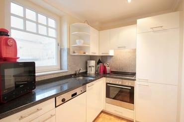 Die Küche ist mit Kühlschrank,Backofen,Ceranfeld, Geschirrspüler,Kaffeemaschine,Toaster,Wasserkocher & weiteren Küchenhelfern komplett ausgestattet.