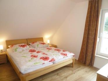 Im Obergeschoss befinden sich zwei Schlafzimmer sowie ein Bad.