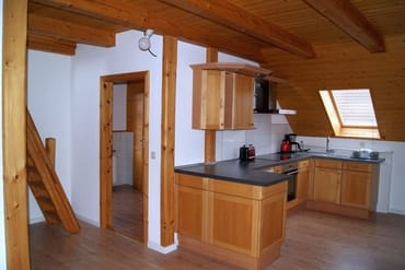 Küchenzeile und Zugang Bad und Schlafraum