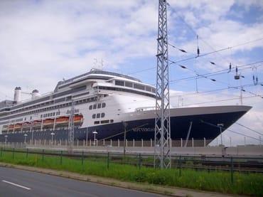 Ein Kreuzfahrtschiff in Warnemünde