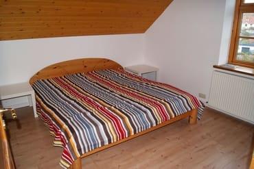 Der Schlafraum mit Doppelbett