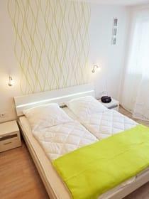 großes Doppelbett 200 x 180 cm