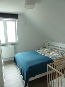 Schlafzimmer 2 mit Gitterbett Wohnung 4