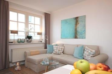 Zusätzl. Verdunklungsstoffe sowie ein Schlafsofa (bequeme Liegefläche von 1,40 m x 2,00 m) bereiten ein angenehmes Schlafambiente für 2 weitere Personen im Wohnzimmer.