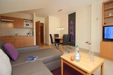 Im Wohnraum finden Sie neben der Wohnlandschaft mit Schlafsofa noch einen separaten Esstisch mit 4 Stühlen, Fernseher mit Kabelanschluss sowie DVD-Player, eine Brettspielesammlung