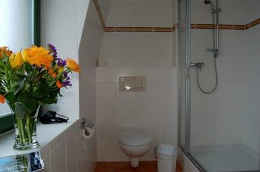 Das großzügige Badezimmer ist mit WC und Dusche ausgestattet.