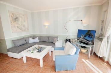 Im Wohnraum finden Sie ein TV-Gerät, eine Musikanlage sowie einen Kleiderschrank. Ein Schlafsofa bietet Schlafgelegenheit für die 5./6. Pers. Sie können hier einen kostenfreien W-LAN Zugang nutzen.