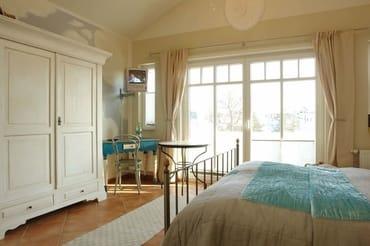 Der 2.Schlafraum im Turmzimmer verfügt über ein Doppelbett und einen Kleiderschrank.