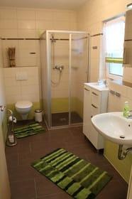 Bad mit Dusche, Waschbecken und Fön